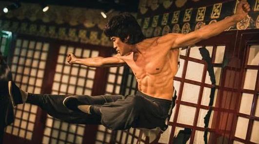 李小龙能打过特种兵吗,他能不能打赢十个普通人