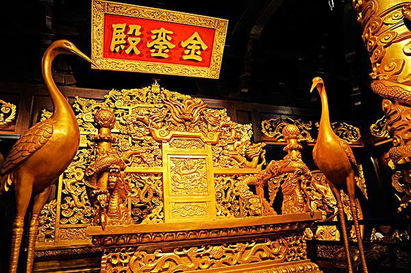 故宫龙椅是什么材质做的是纯金的吗?现在的龙椅是什么朝代的