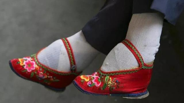 以前女人缠足走路疼吗,古代穷人家的女孩裹脚吗?