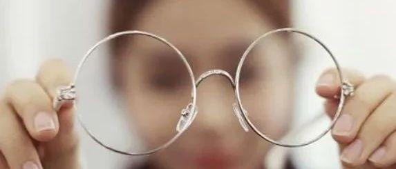 眼睛变形是因为长期戴镜吗?